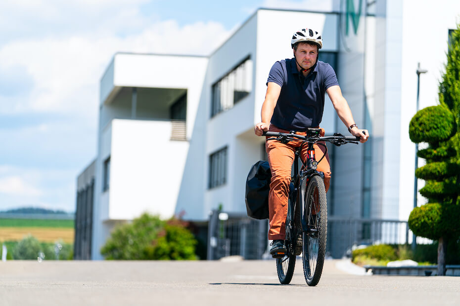 An employee of Dialunox who rides his company bike